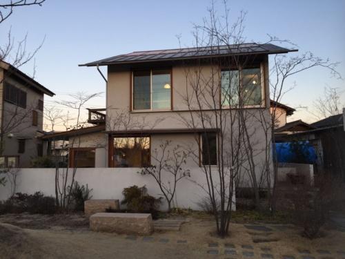 相羽建設のモデルハウス「つむじ」。氷点下の朝を迎えた(撮影:渡辺 圭彦)