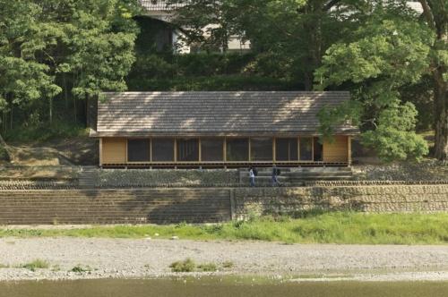 〔写真1〕2本の大きなケヤキに挟まれて立つ「吉野杉の家」。敷地を先に決定し、周辺環境に合わせてスケールやプロポーションなどを調整した(撮影:生田 将人)