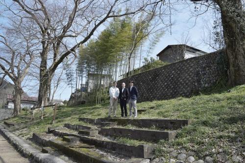〔写真4〕設計した長谷川豪代表らが、敷地選定のために吉野町に訪れたときの様子。左から、「Re:吉野と暮らす会」の石橋輝一代表、Airbnb共同創業者のジョー・ゲビア氏、長谷川代表(撮影:桝谷 紀恵)