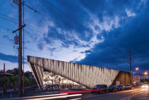 〔写真1〕2017年10月にリニューアルオープンした米国・サンタフェの美術館「SITE Santa Fe(サイト・サンタフェ)」。SHoPアーキテクツが改修・増築部分の設計を担当。光の漏れ方まで全て計算し、3次元データを駆使しながら建設を進めた。建物の横を歩くと、パネルの模様によってモアレ効果を体感できる(撮影:Jeff Goldberg/Esto)