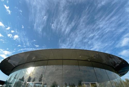 〔写真1〕米国カリフォルニア州のクパチーノ市でアップルが建設した「スティーブ・ジョブズ・シアター」。エントランス部の円形屋根でCFRPを使い、高さ約6m、直径約50mの円筒状ガラスだけで支えている。設計はフォスター・アンド・パートナーズ(撮影:新華社/アフロ)