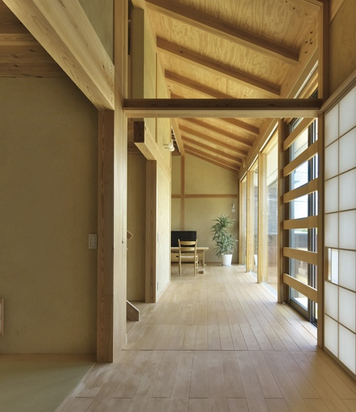 〔写真1〕ZEH基準を満たした豊田保之氏設計の「ならやまの家」(奈良市)は、土壁の蓄熱性を生かした住宅例だ(撮影:生田 将人)
