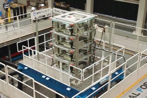 〔写真2〕AIを活用するアクティブ制振システムの実験の様子。三次元振動台で超高層ビルの特性を再現した模型を揺らした。パッシブ制振より建物の揺れを小さくできると確認した(撮影:NTTファシリティーズ)
