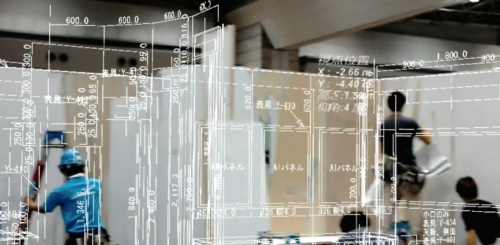 〔写真2〕「ジャイロアイ ホロ」の実証実験を展示会のブース設営現場で実施した例。ホロレンズ越しに実寸大の図面データを現場に重ねて施工した(撮影:インフォマティクス)