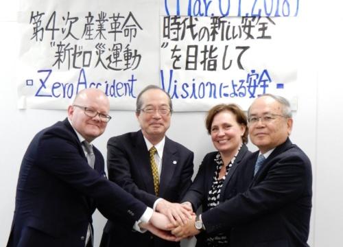 日本とフィンランドが連携して「新・ゼロ災運動」に取り組むことを合意した。左からFIOHのAlanko Tommi(アランコ・トミー)氏、IGSAP会長の向殿政男氏、FIOHのTiina-mari Monni(ティナマリー・モニ)氏、中災防理事長の八牧暢行氏(写真:三上 美絵)