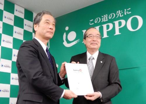 IGSAPの向殿政男会長(右)が、NIPPOの常務執行役員技術副本部長で総合技術部長でもある荒井明夫氏(左)にSafety2.0適合証明書を手渡した(写真:三上 美絵)