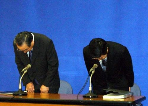 協力会社社員による不正を謝罪するNTTデータの浜口友一社長(左側、当時)