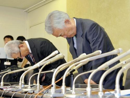 年金情報流出を謝罪する日本年金機構の水島藤一郎理事長(写真右端)