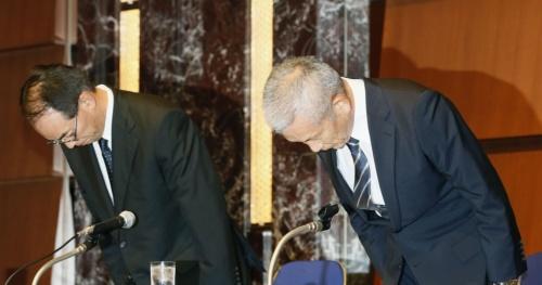 ベネッセコーポレーションによる顧客情報漏洩で謝罪する原田泳幸会長兼社長(右)