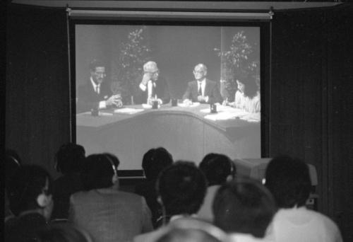 富士通と米IBMの著作権紛争で米国の国際仲裁協会(AAA)がニューヨークから衛 星中継で会見した。ホテルオークラの特設会場には多くの記者が詰めかけた。