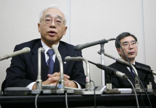 みずほ証券の株誤発注に関わる売買システムの不具合について謝罪会見をする東京証券取引所の鶴島琢夫社長(左)