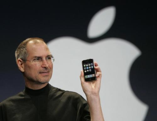iPhoneを掲げる米アップルのスティーブ・ジョブズCEO(最高経営責任者)
