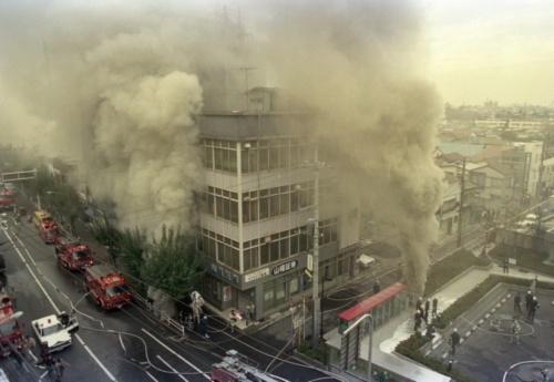 東京・世田谷の通信ケーブル火災。地下から煙が猛烈に噴き上げている