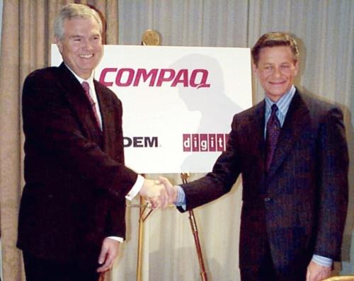 記者会見で握手するコンパック・コンピュータのエッカード・ファイファー社長とディジタルイクイップメントのロバート・パーマー会長(右)