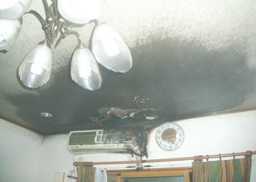 同じく8月に火災が起こった福岡市内の住宅B。エアコンの室内機とその上方の天井約2m2が焼損した。火災の約1年半前にエアコンの内部を洗浄していた(写真:福岡市消防局)