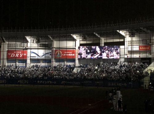 試合後の勝利イベントでの「Sound Flash」の様子。スタンドの観客が手に持ったスマホが音楽に合わせて一斉に光る。コンサートのような雰囲気を作り出した