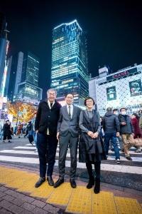 渋谷駅前のスクランブル交差点にて、2019年12月7日に撮影。後ろの建物は、左から渋谷ヒカリエ、渋谷スクランブルスクエア第1期(東棟)、東急百貨店東横店。20年以降に東急百貨店東横店を解体後、第2期(中央・西棟)の建設を進める。手前の3人が誰か分かりますか?