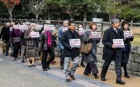 奈良公園南端のホテル整備が都市公園法などに違反するとして、県を相手取り訴訟を起こした地域住民。原告代表はアウトドア用品大手「モンベル」の会長である辰野勇氏(写真右端の男性)が務める(写真:奈良公園の環境を守る会)