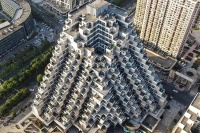 評判の建物は積み木やピラミッドのようにも見える(2019年11月16日撮影)