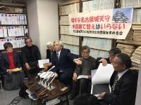 原告代表の森晃氏(左から4人目)