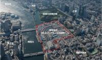 築地市場跡地の鳥瞰(ちょうかん)写真。東京都はMICE施設を開発するに当たって、墨田川沿いにスーパー堤防などを整備する計画を明らかにした。隣接する浜離宮恩賜庭園の防潮堤とスーパー堤防を連携することで、竹芝方面への歩行者ネットワークの拡大も構想している