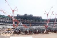 2018年7月18日、日本スポーツ振興センター(JSC)が新国立競技場の施工現場を公開した際の様子。タワークレーンの支柱を活用した支保工「T-CAPS」が並んでいるのが分かる
