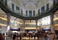 2012年10月1日の開業当日、南ドームを見上げ写真を撮る人々。丸の内駅舎は 辰野金吾(1854~1919年)の設計で1914年に完成。45年の東京大空襲で3階部分を焼失し、2階建てに改修された状態で60年以上使われていた。復元した南北2カ所のドームの内装は、創建当時の写真や資料を基にした