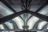 4階、国際線出発階の天井を見上げる。スパン約80mのアーチトラスの間に、フッ素樹脂膜のオープンエアダクトが吊られている。オープンエアダクトは間接照明の反射板としての役割も担っている