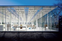 開館当初の南西側夕景。屋根面は全体の面積の約30%をトップライト、 70%をデッキプレートで覆っている