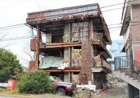 滋賀県野洲市に立つ老朽化した空き家マンション「美和コーポ」。2018年6月の大阪北部地震や、その後の18年8月と9月の台風で外壁などが崩落して危険な状態が続いている。市は19年3月18日、区分所有者に対して自主解体を求める命令書を送付した