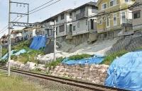 三郷町東信貴ケ丘地区の宅地崩壊現場を線路越しに見たところ