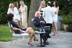 写真中央の男性が、米国の建築家リチャード・マイヤー氏。写真は2015年7月に撮影された