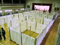 紙管の間仕切りシステム。合計60ユニットが作業開始から2時間余りで組み立てられた(写真:田中 智之)