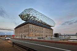 ベルギー・アントワープ市で2016年9月にオープンした「ポートハウス」。れんが組積造の旧消防署の建物を港湾局のオフィスとして改修、増築した(写真:Hufton+Crow)