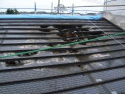 太陽光電池パネルが火災原因になるケースが散見されている。写真は戸建て住宅に設置された屋根一体型の太陽電池パネルから出火した事例だ(写真:川崎市消防局)