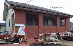 1層崩壊して1階の柱などが引き抜けたり折れたりしている住宅Cの外観。ALC板を外装材に張っている(写真:日経ホームビルダー)