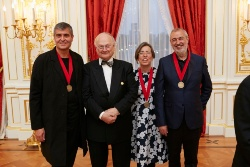 5月20日に迎賓館赤坂離宮で撮影された写真。左から、受賞者のラファエル・アランダ氏、審査委員長のグレン・マーカット氏、受賞者のカルメ・ピジェム氏、同ラモン・ヴィラルタ氏(写真:The Hyatt Foundation/Pritzker Architecture Prize)