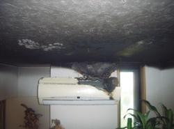 ファンモーターが発火して天井に延焼 2013年8月に火災が発生した福岡市内の住宅A。エアコンの室内機が発火して、天井や壁が延焼した。(写真:福岡市消防局)