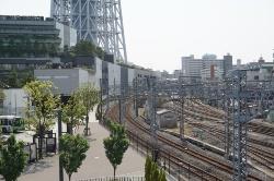 とうきょうスカイツリー駅(旧駅名は業平橋)方面を、東側に位置する押上駅(副駅名はスカイツリー前)側から望む。地上には東武スカイツリーラインの本線のほか留置線が多数あり、街を分断している。写真左は東京スカイツリータウン(写真:日経BPインフラ総合研究所)
