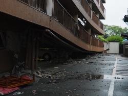 熊本地震の被害例。ピロティ形式の鉄筋コンクリート造のマンションで、1階の駐車場が原形をとどめぬほどに潰れていた(写真:日経アーキテクチュア)