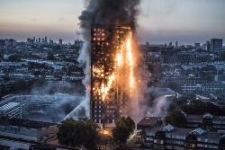 大規模火災が発生した英国ロンドンの高層住宅「グレンフェル・タワー」(写真:Eyevine/アフロ)