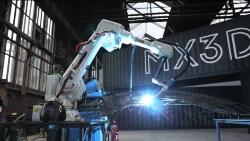 MX3Dが開発中の3Dプリンターはまるで産業用ロボットのような形をしている(写真:MX3D B.V.)
