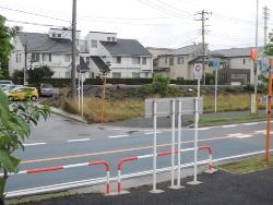 浦安市入船3丁目地区の土地・建物は東日本大震災で顕著な液状化被害を受けた。左の白い建物が「パークシティ・タウンハウスIII」の一部、右側に「ファインコート新浦安」の分譲住宅地が続く(写真:日経ホームビルダー)