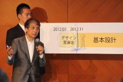 フリップボードを使って国際デザイン競技の審査責任を説明する安藤忠雄氏(写真:日経アーキテクチュア)
