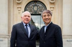 フランス・パリで6月26日、安藤忠雄氏が設計する新美術館の概要が発表された。美術館には、ピノー財団が所蔵する美術品約3000品以上を展示する予定だ。写真はフランソワ・ピノー氏(左手)と安藤氏(写真:Fred Marigaux 2016)