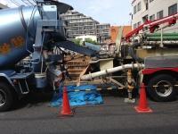 コンクリートのひび割れを減らすには、単位水量の削減が最も効果的――。これは多くの技術者にとって定説だったが、最新の研究で粗骨材の種類でもひび割れリスクが大きく変わると分かってきた。写真は千葉県内のマンションの建設現場