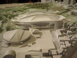 7月7日の日本スポーツ振興センター(JSC)の有識者会議で展示された新国立競技場の模型。この案は白紙撤回された(写真:日経アーキテクチュア)