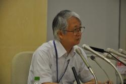 東京都庁で会見に臨む弁護士の小島敏郎氏。「市場問題プロジェクトチーム」の座長を務める。同チームは、第1回会合の9月中の開催を目指している(写真:日経アーキテクチュア)
