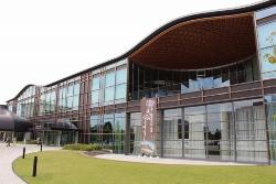 2015年7月に開館した岐阜市の「みんなの森 ぎふメディアコスモス」。15年2月の竣工から17年9月14日時点までに通算で28回の漏水が確認された(写真:日経アーキテクチュア)