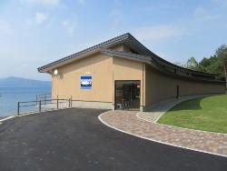 田沢湖畔に7月1日にオープンした「田沢湖クニマス未来館」。山梨県で捕獲した個体を水槽展示する。木造平屋建て、延べ面積687m2。当初案では同793m2だったが、減額のため規模を縮小した(写真:仙北市)